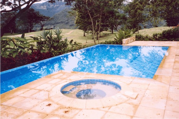 sPiscina con Jacuzzi independiente